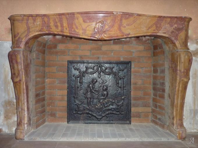 Cheminée en pierre marbrière d'époque Louis XV - 1