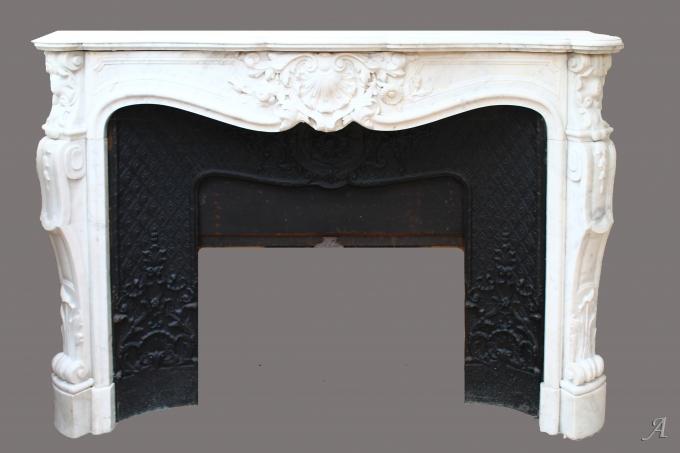 Cheminée de style Louis XV en marbre blanc - Porto Vecchio