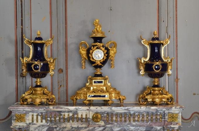 Garniture de cheminée en porcelaine bleue de Sèvres, Napoléon III - Notre Dame du Touchet