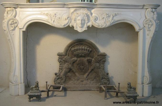 Cheminée Louis XV en marbre blanc - Eguilles