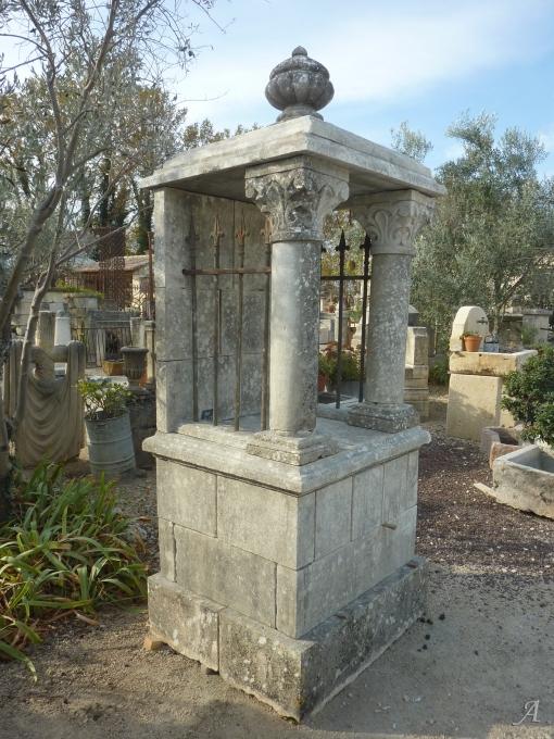 Oratoire en pierre ancienne avec vase à godrons et colonnettes - 1