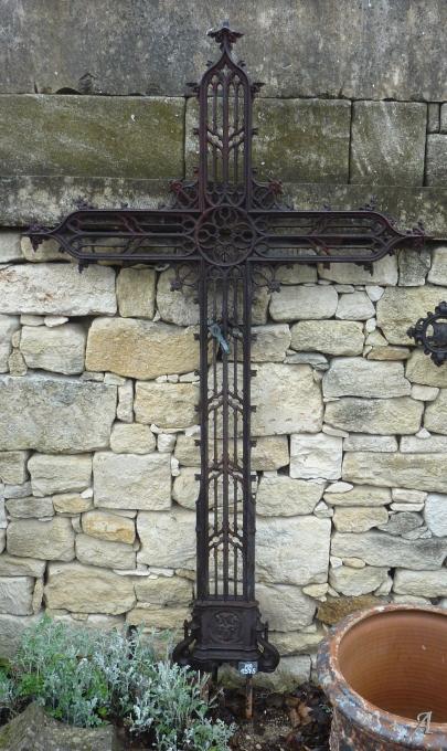 Grande croix ancienne en fonte finement travaillée - 1