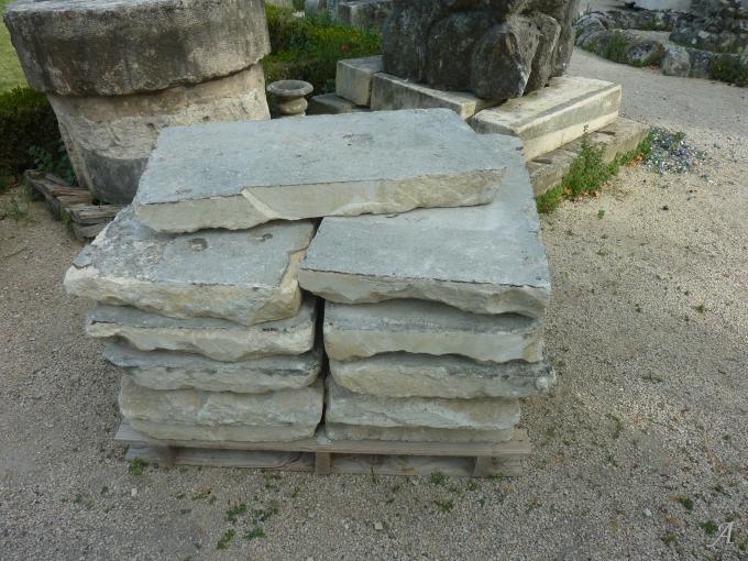 Bars de Beaucaire, dallage ancien en pierre de récupération - L'Isle sur la Sorgue