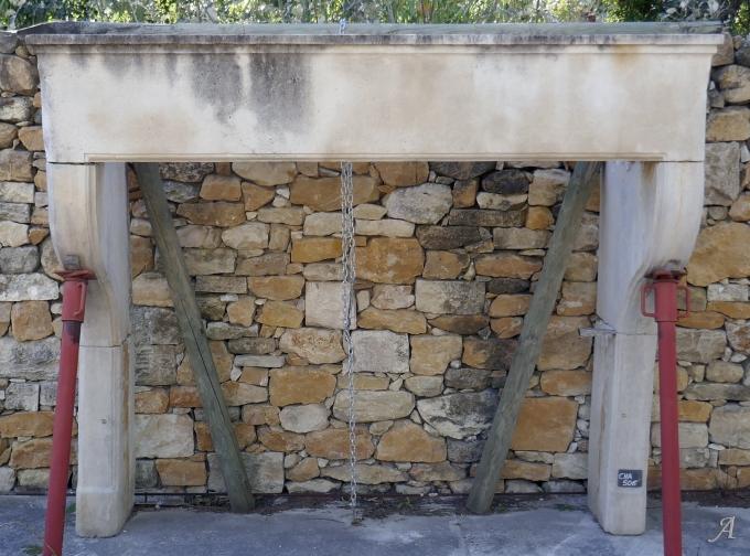 Cheminée ancienne en pierre de style Louis XIV de campagne - L'Isle sur la Sorgue
