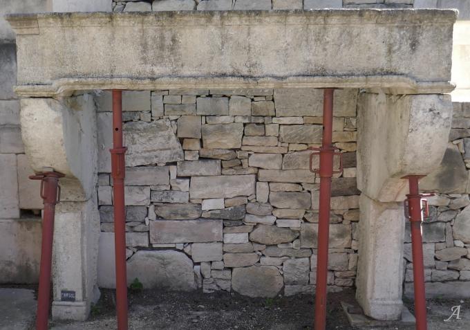 Cheminée ancienne en pierre de style Louis XIV - L'Isle sur la Sorgue