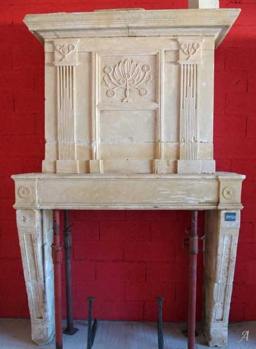 Ancienne cheminée Louis XVI de mariage avec trumeau en pierre de Charentes - L'Isle sur la Sorgue