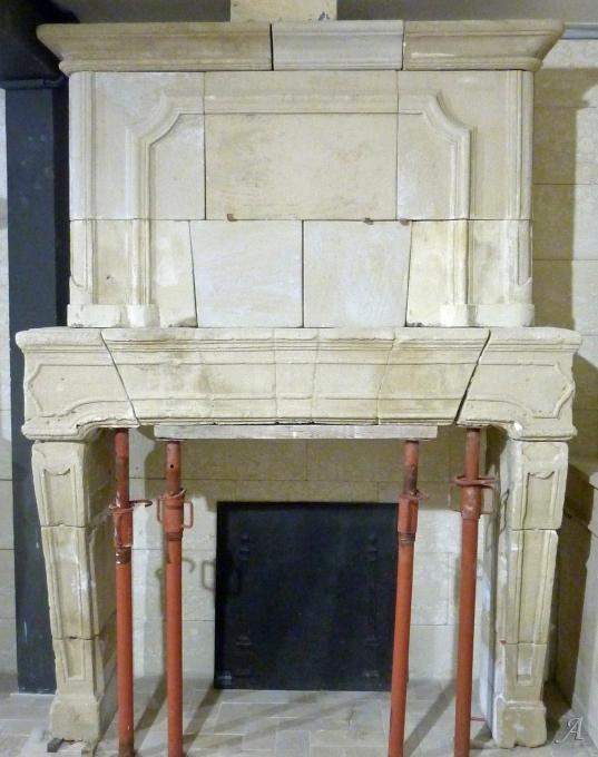 Cheminée ancienne en pierre patinée à trumeau Louis XIV - L'Isle sur la Sorgue