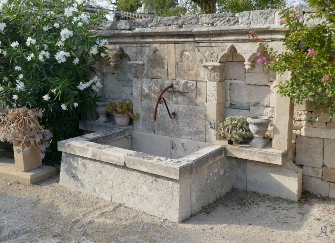 Fontaine d'inspiration gothique composée de pierres anciennes - 1