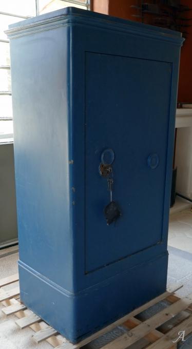 Ancien coffre fort en acier patiné bleu - L'Isle sur la Sorgue