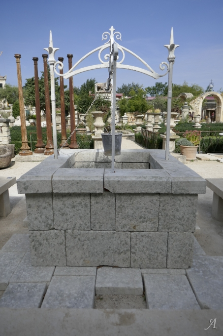 Puits carré en pierre dure et son haut de puits en fer forgé - 1