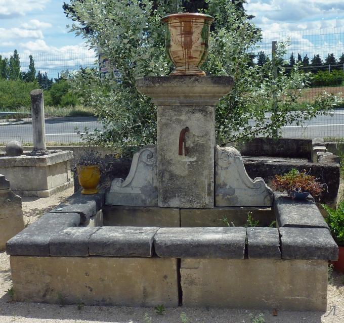 Large fontaine murale en vieilles pierres et encorbellements du XVIIIe siècle - L'Isle sur la Sorgue