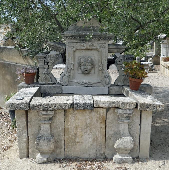 Fontaine ornementale avec balustres en pierre ancienne - L'Isle sur la Sorgue