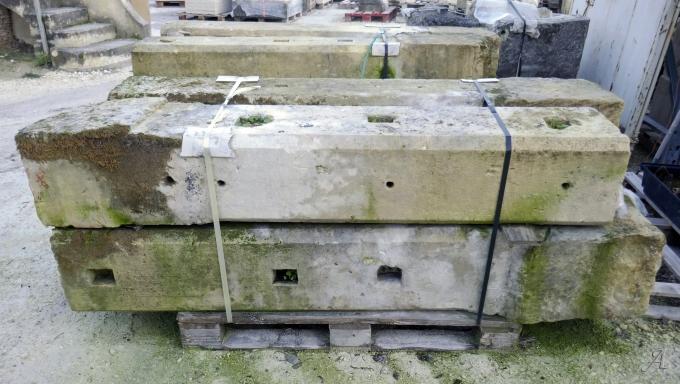Poteaux monolithes ancien en pierre patinée - L'Isle sur la Sorgue
