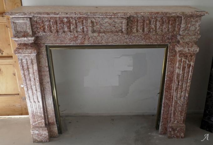 Cheminée ancienne en marbre rose des Pyrénées de style Louis XVI - L'Isle sur la Sorgue