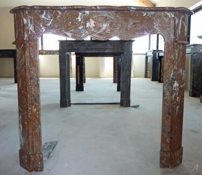 Cheminée ancienne en marbre rouge de style Pompadour - L'Isle sur la Sorgue