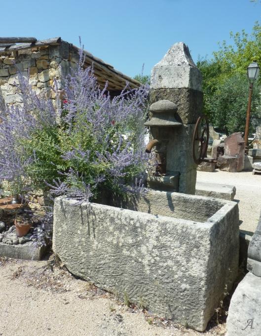 Fontaine en pierre avec pompe ancienne et fronton travaillé - L'Isle sur la Sorgue