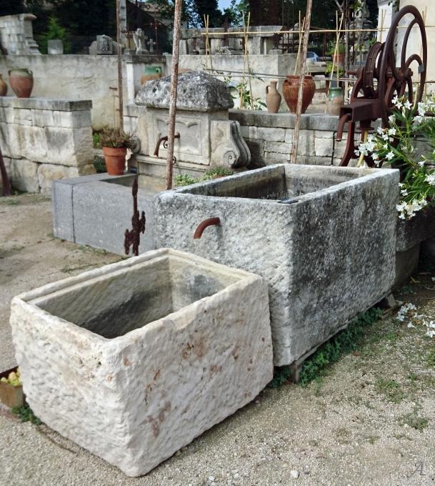 Fontaine avec double bacs et ancienne pompe manuelle à manivelle - L'Isle sur la Sorgue