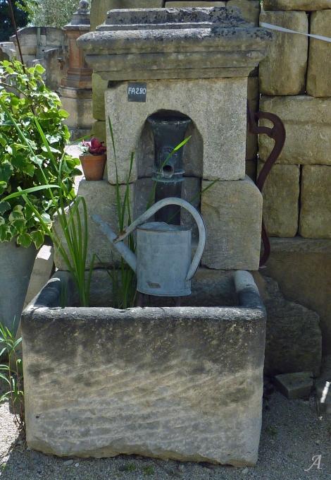 Fontaine en vieilles pierres et pompe ancienne en fonte - L'Isle sur la Sorgue