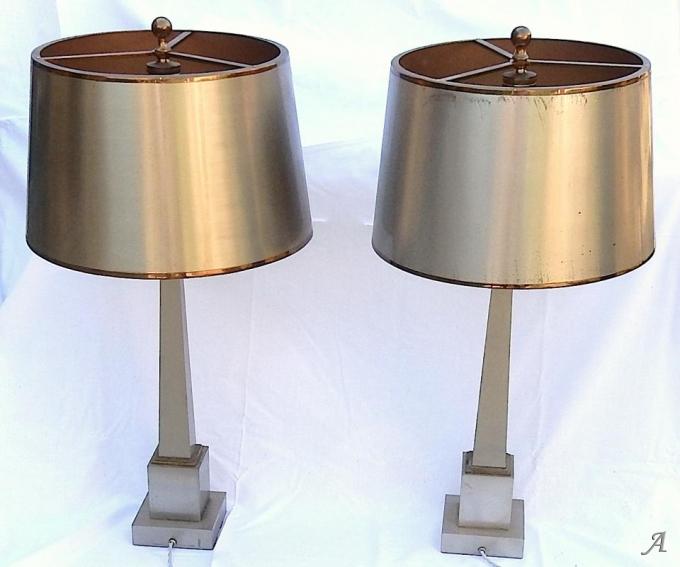 Paire de lampes aux obélisques en laiton et bronze argentées et dorées signées Charles -  Clamart