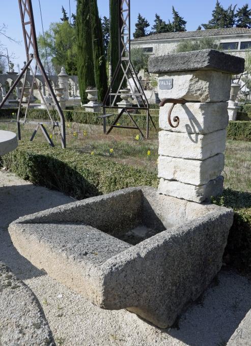 Petite fontaine lavoir en pierres anciennes - L'Isle sur la Sorgue