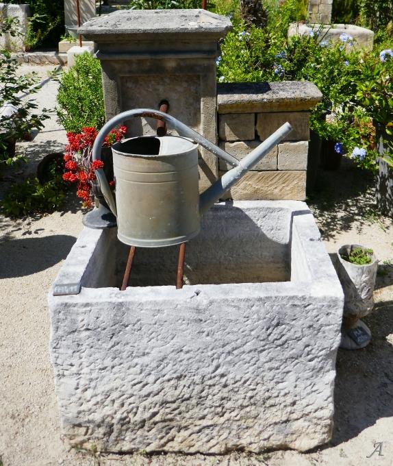 Petite fontaine murale avec ancien bac broché - L'Isle sur la Sorgue