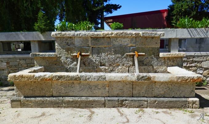 Large fontaine murale en pierres anciennes épaisses et patinées - L'Isle sur la Sorgue