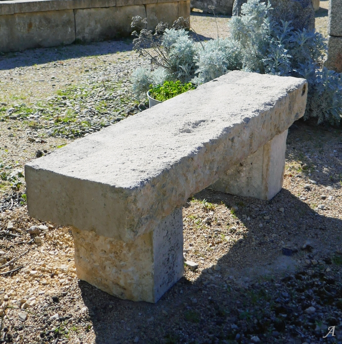 Banc rustique de jardin en vieilles pierres patinées - L'Isle sur la Sorgue