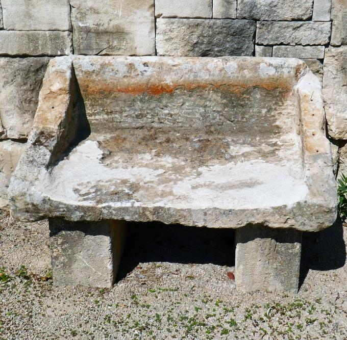 Banc de jardin avec dossier en pierres anciennes et rustiques - L'Isle sur la Sorgue