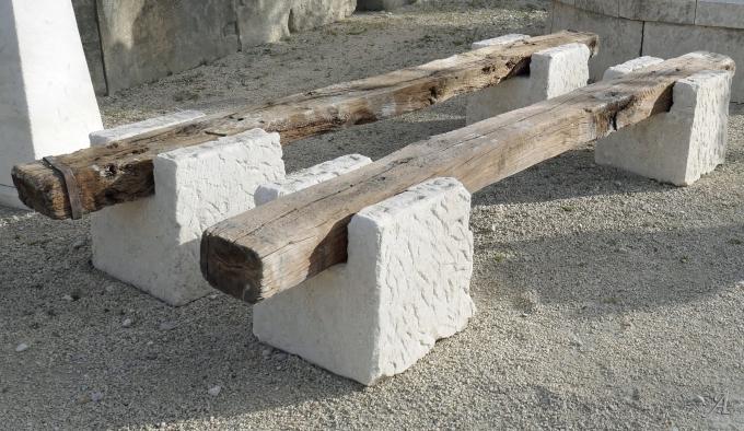 Long banc rustique pour jardin avec assise en bois et pieds en pierre - L'Isle sur la Sorgue