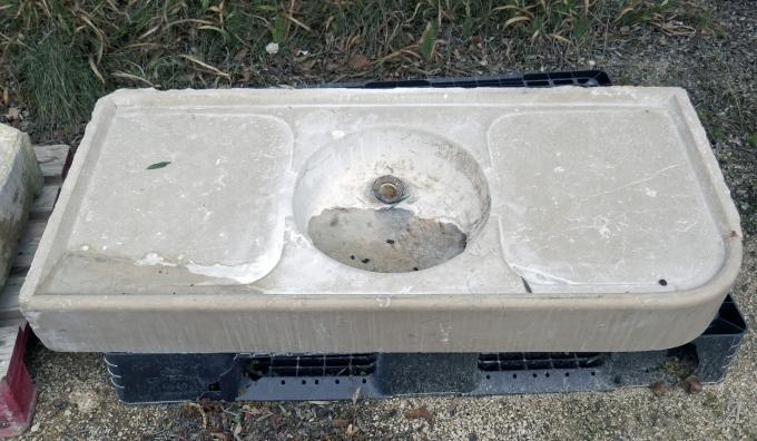 Ancien évier en pierre de Cassis avec vasque ronde et égouttoirs - L'Isle sur la Sorgue