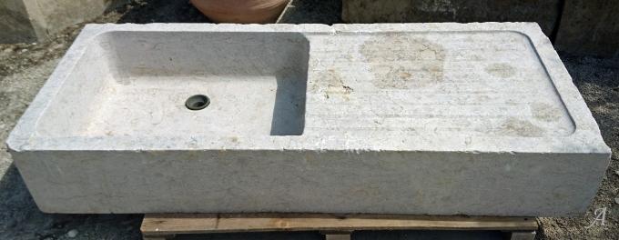 Large évier ancien avec bac et égouttoir en pierre marbrière - L'Isle sur la Sorgue