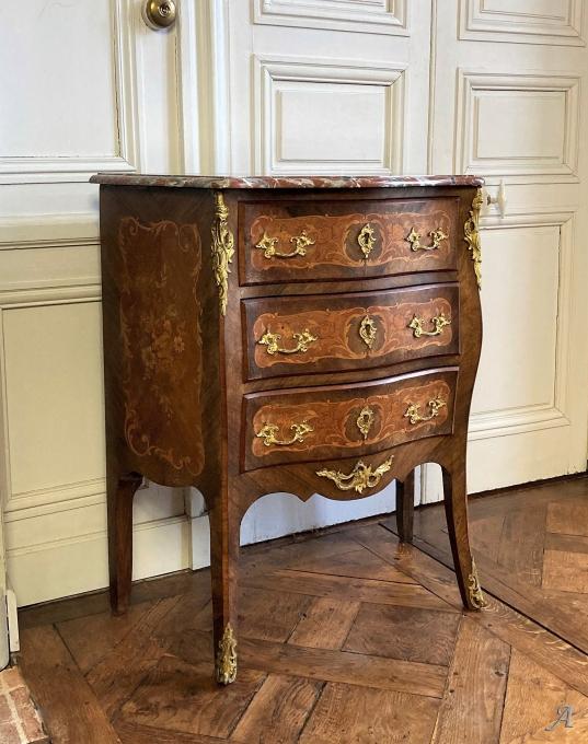 Petite commode de style Louis XV du XIXe siècle - Châteaubriant