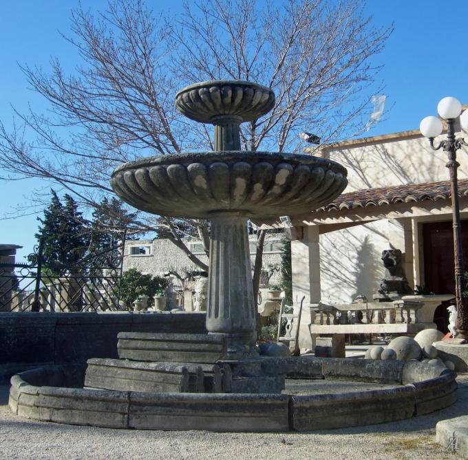 Large fontaine ancienne en pierres patinées à double vasque à débordement - FA347 - L'Isle sur la Sorgue