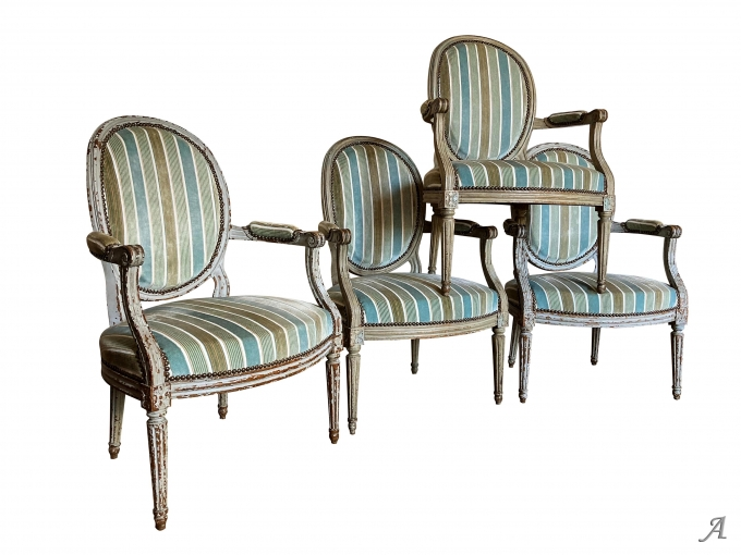 Suite de quatre fauteuils d'époque Louis XVI à dossier médaillon - Rougé