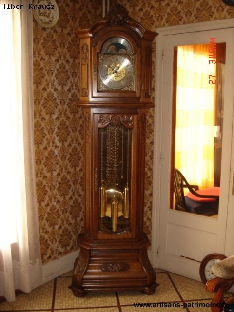 Horloge de parquet en noyer massif sculpté - Fosses