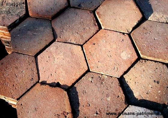 Carreaux hexagonaux anciens en terre cuite - Eyragues