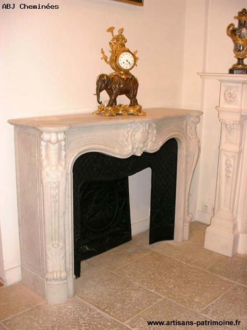 Cheminée de style Louis XV en marbre de Carrare blanc - Saint Ouen