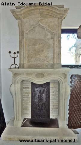 Cheminée de style Louis XV en pierre avec trumeau et scole - L'Isle sur la Sorgue