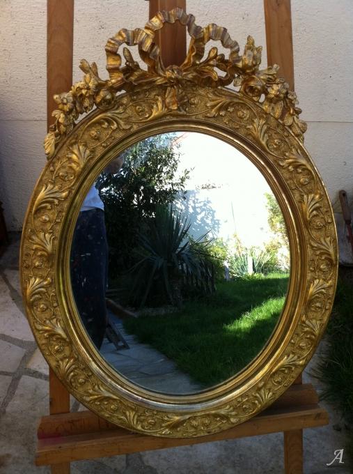 Miroir ovale du XIXe siècle doré à la feuille d'or - Dammarie les Lys