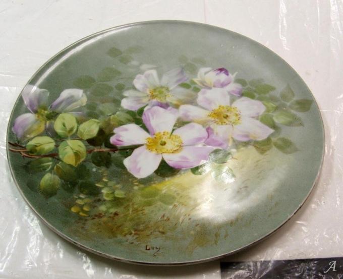Plat en porcelaine blanche à décor Eglantines signé Lusy - Grieges