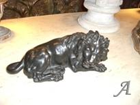 Bronze patiné noir figurant un lion allongé - Paris