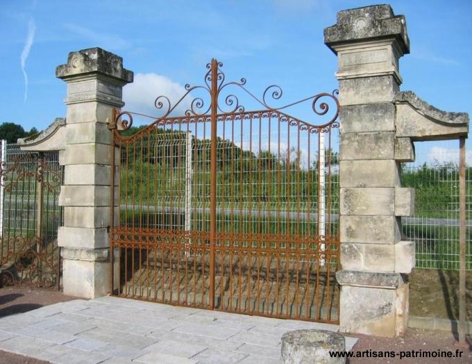 Ensemble portail et piliers anciens - L'Hôtellerie de Flée