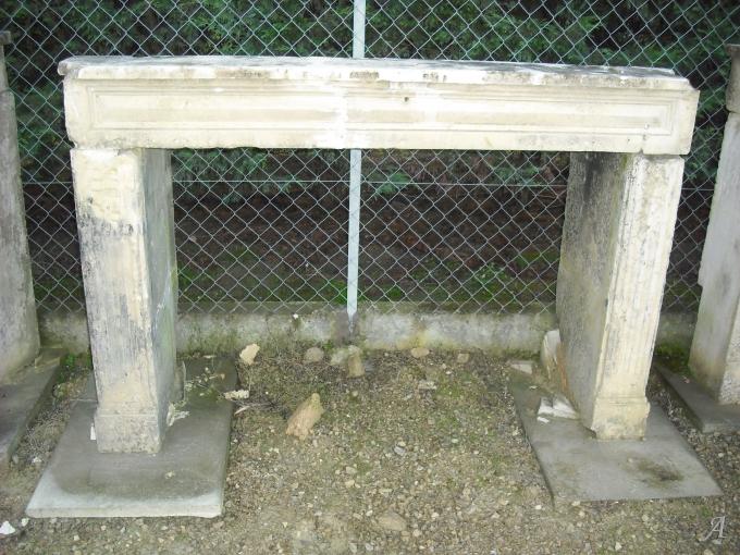 Cheminée ancienne en pierre calcaire du Poitou - Coulombiers